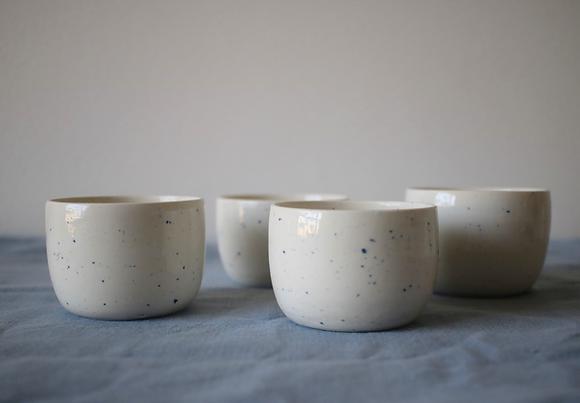 Tasse mouchetée en porcelaine