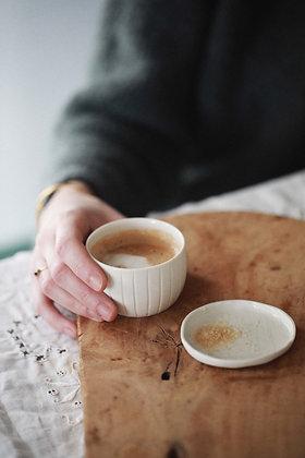 Tasse cannelée en porcelaine