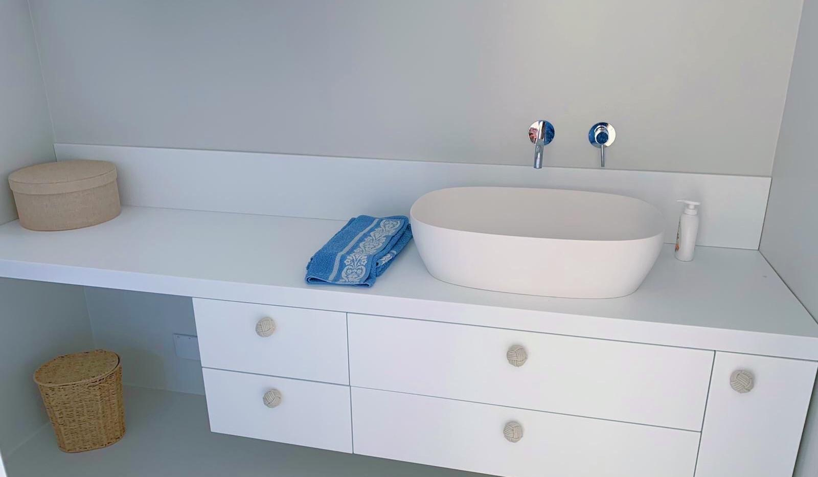 Mobile bagno con piano in Krion