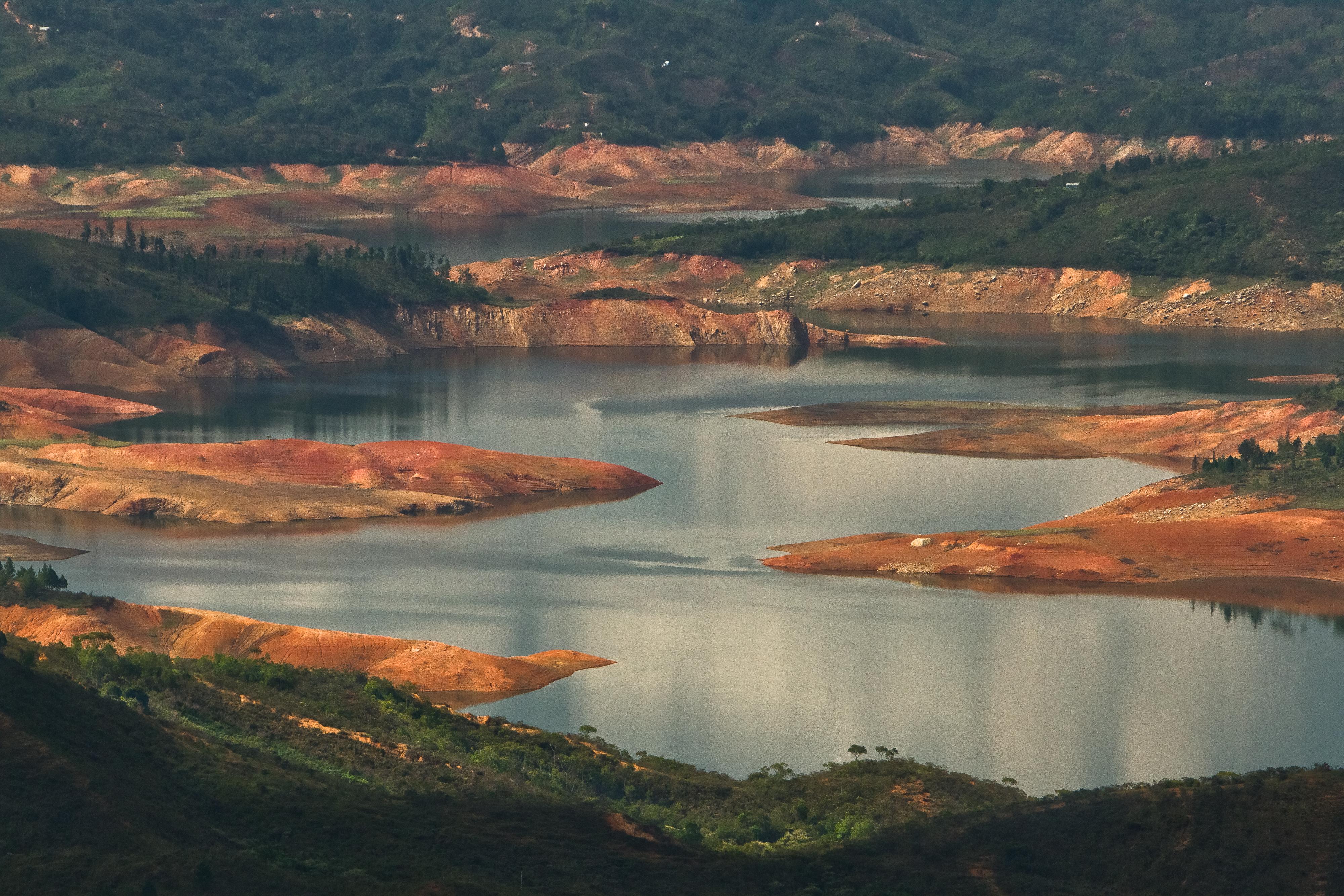 Aguas abajo del embalse Salvajina. Río Cauca