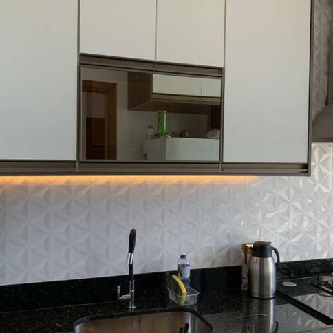 Cozinha em MDF branco com tamponamento madeirado