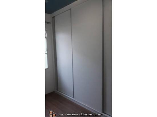 Guarda roupa 3 portas de correr, 8 gavetas, 4 sapateiras, nichos, cabideiro e maleiro