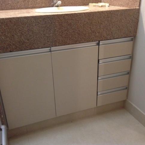 Armário para banheiro no retiro do Chale