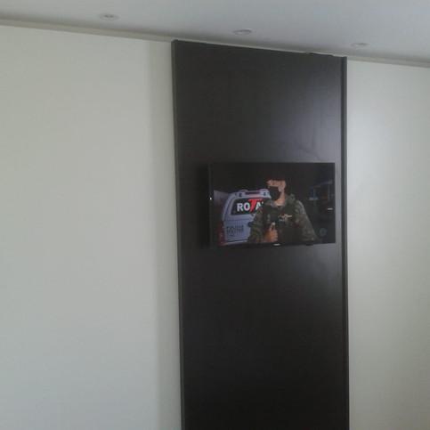 Guarda roupa com TV fixada em 1 das portas