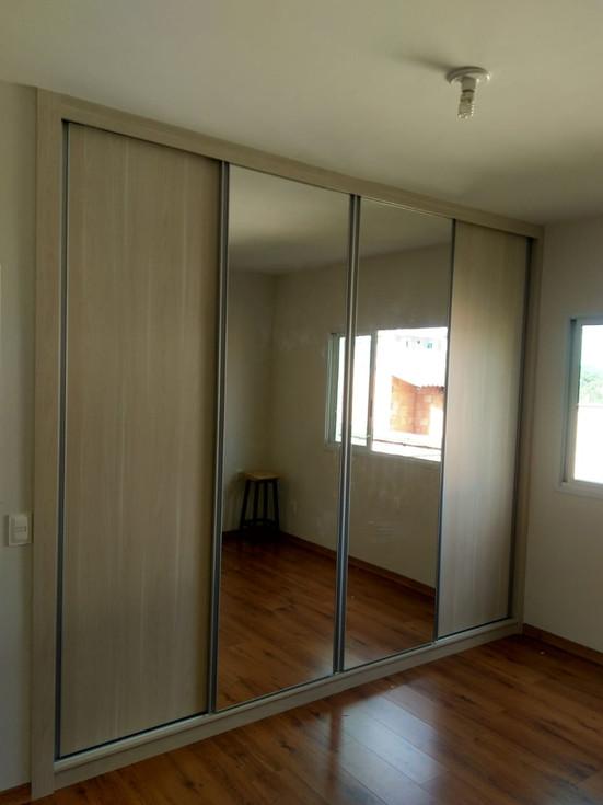 Guarda roupa 4 portas de correr sendo 2 de espelho. cor externa Noce mare e interna Branco