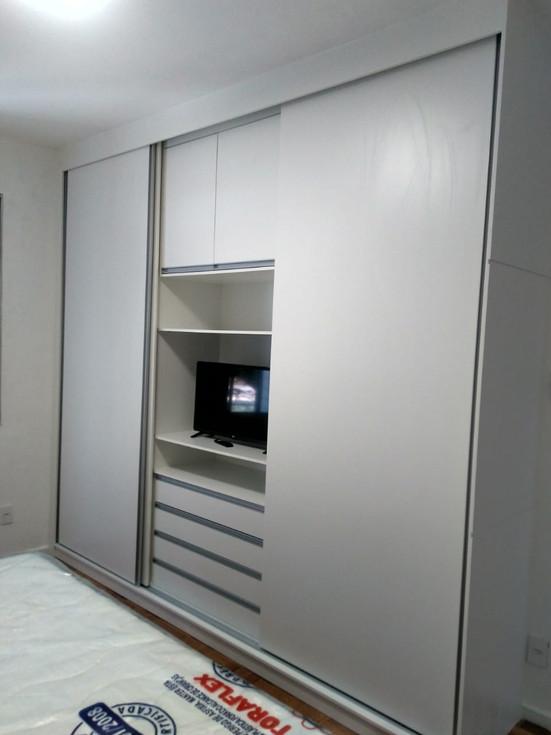 Guarda roupa 3 portas de correr com nicho para TV