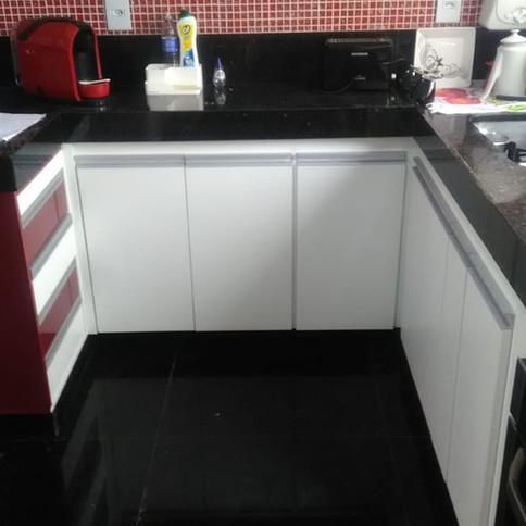 Cozinha com detalhes em MDF vermelho bordo