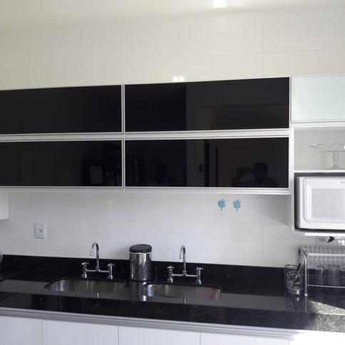 Cozinha com portas em vidro laqueado