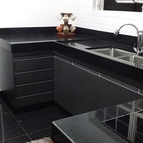 Cozinha em MDF Grafite e puxador perfil aluminio cava