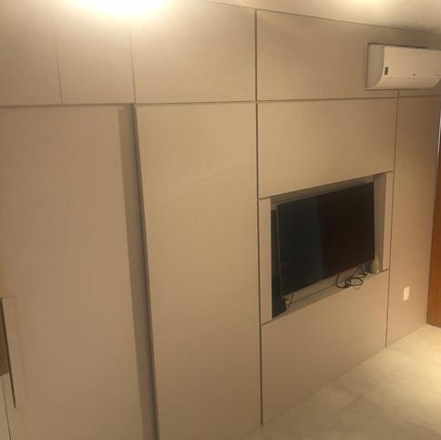 Painel, quarto, área de serviço e banheiro