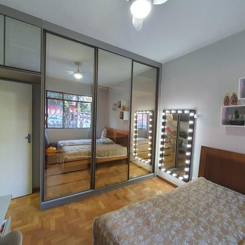 Guarda roupas com portas em vidro reflecta