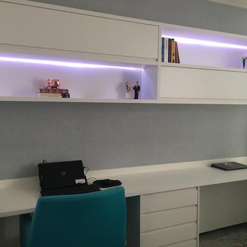 Home Office em MDF branco com iluminação LED