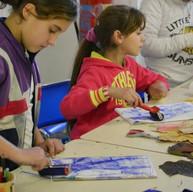 Enfants Rroms découvrant la gravure