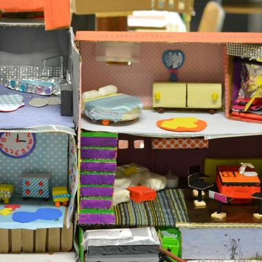 """réalisation d'éleves en formation éducateur IRTS de Loos , à partir de matériaux de récupération sur le thème de la """"maison idéale"""""""