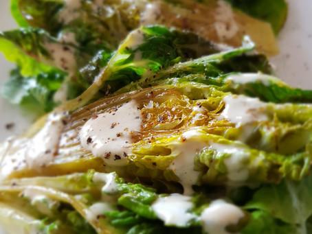 Gegrillter Romanasalat mit einer umwerfenden Creme fraiche - Soße