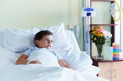 Enfant en lit d'hôpital
