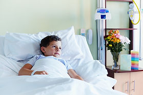 Kind im Krankenhaus-Bett