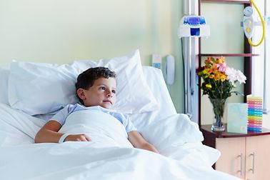 병원 침대에 아이