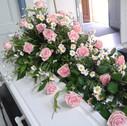 Kistepynt lyserøde roser og hvid krysantemum