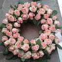 Rundpyntet krans lyserøde roser.jpg