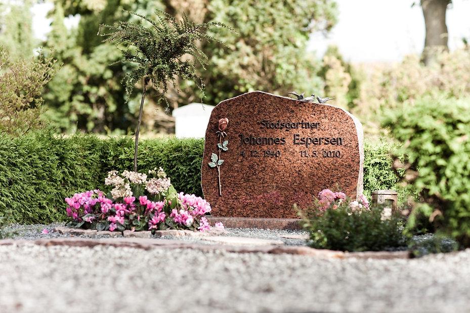 Danske Stenhuggerier gravsten på kistegravsted.jpg