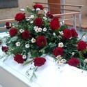 Kistepynt røde roser hvide lisianthus