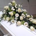 Kistepynt hvide roser og gerbera