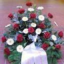 Krans røde roser hvide gerbera