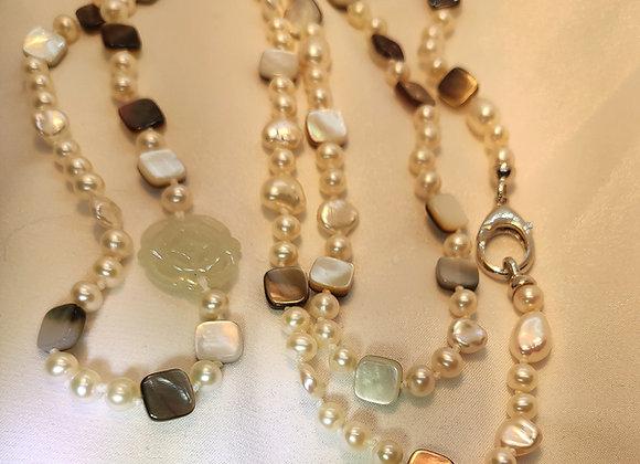 Sautoir en perles et nacres, élément en jade