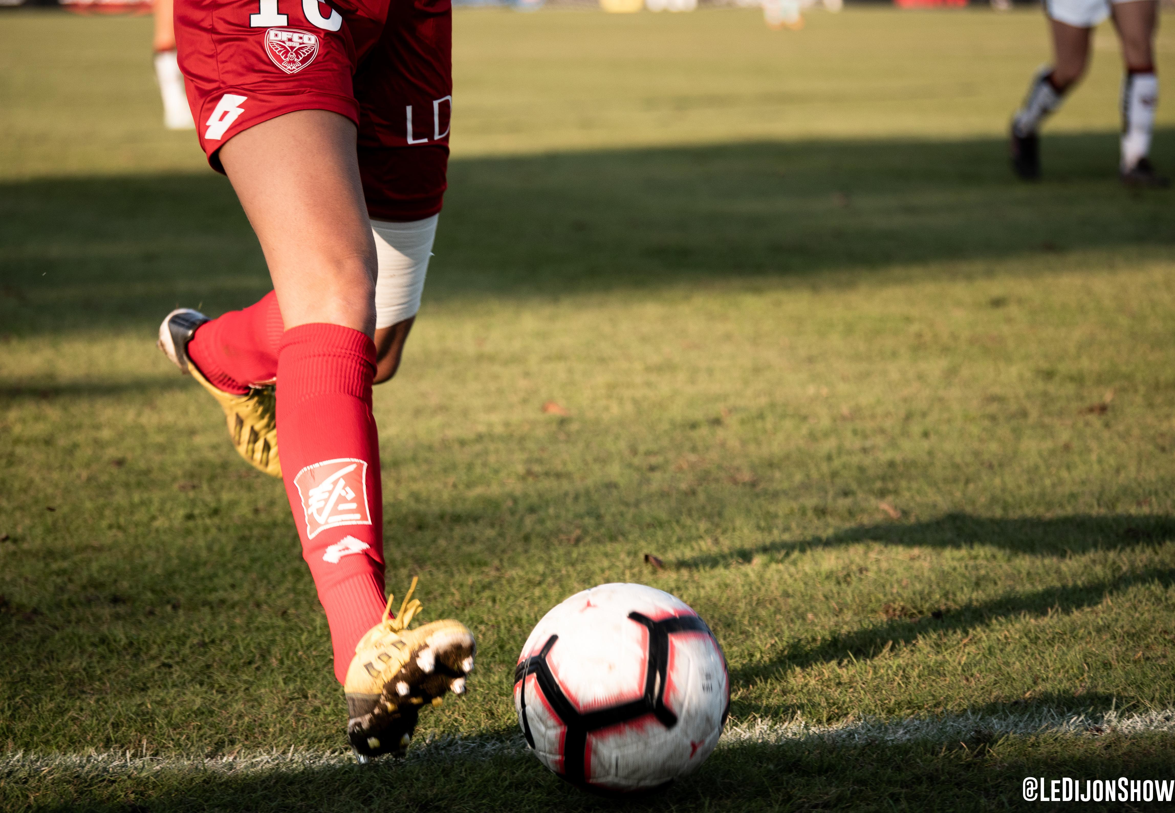 Un ballon et deux jambes