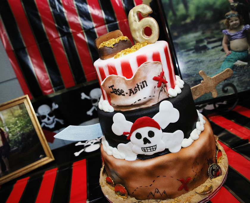 photo of a pirate themed birthday cake for a child's party