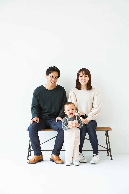 滋賀県長浜市のフォトスタジオ「ジャム浅井フォトスタヂオ」で年賀状用家族写真撮影を女性カメラマンが撮影しました