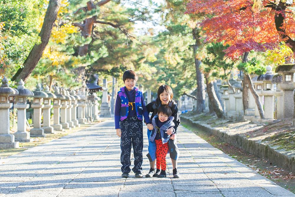 滋賀県長浜市の女性フォトグラファーが出張撮影で家族写真撮影をしました。お宮参りや七五三、成人式などの撮影もロケーション撮影しています。