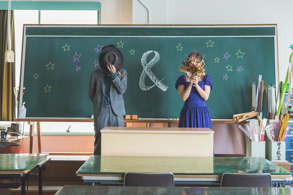 お2人が出会った思い出の場所である学校でウェディングフォト