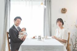 滋賀県で新築のお家の中、家族写真撮影
