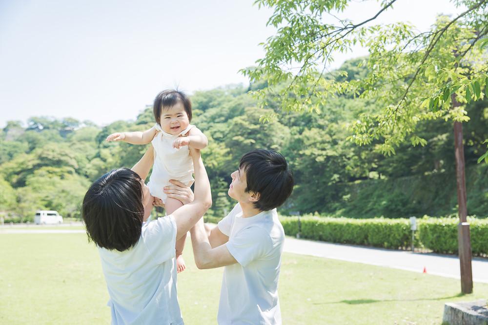滋賀県彦根市の公園で一歳お誕生日記念撮影。お散歩しながら自然な表情をお子さん、パパママ一緒に撮影しました!