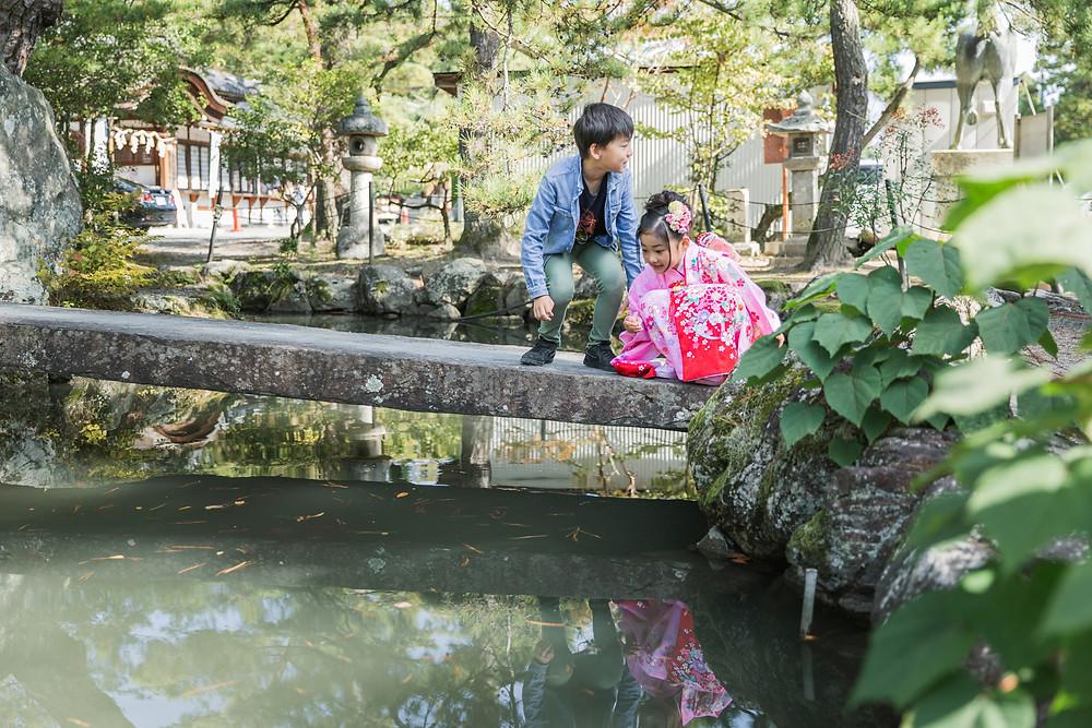 滋賀県長浜市の貸衣装屋「寿えひろ」さんでお支度風景を撮影した後、長浜八幡宮で七五三七歳女の子のご祈祷風景撮影、家族写真撮影をフリーカメラマンがしました。