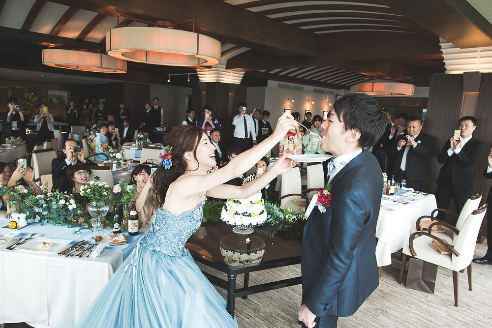 鳥羽国際ホテルでカレードレスを着て結婚ご披露宴した様子をフリーカメラマンが撮影しました