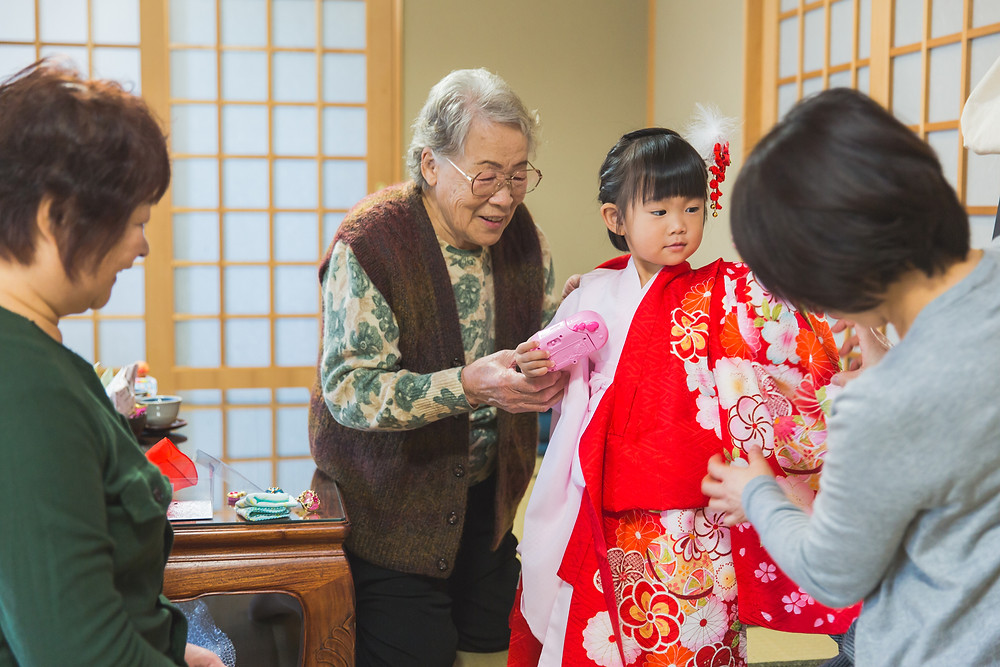 ご自宅で七五三のお支度風景撮影のあと、滋賀県長浜市の長浜八幡宮で七五三参りの撮影を長浜のカメラマンがしました。