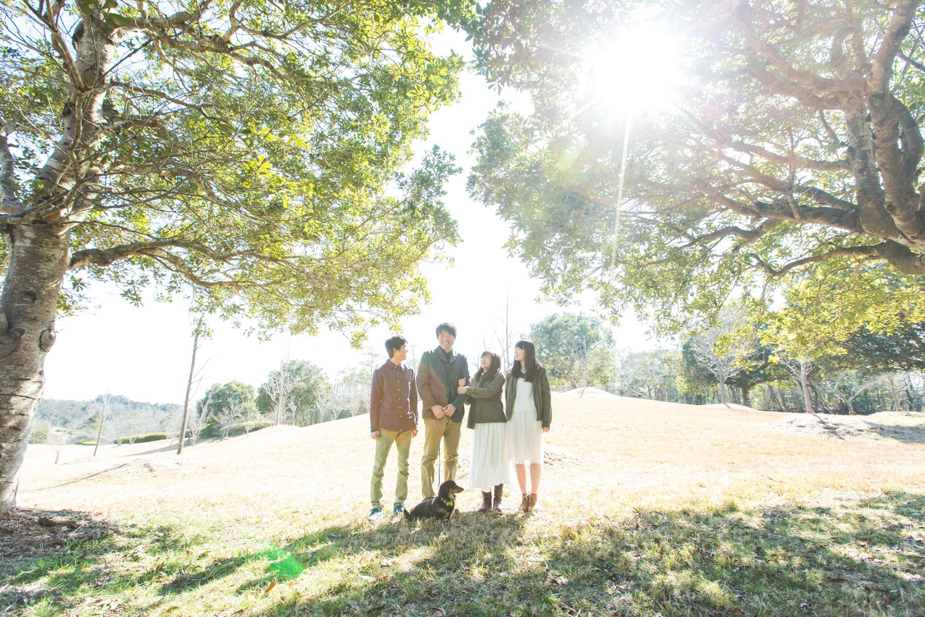 滋賀県蒲生郡竜王町の希望ヶ丘文化公園でフリーカメラマンが家族写真の撮影を