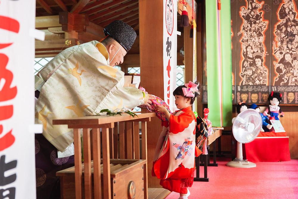 滋賀県長浜市の長浜八幡宮さんで三歳女の子の七五三お参り同行と、北ビワコホテルグラツィエでお誕生日お祝い撮影を、出張カメラマンが撮影しました。