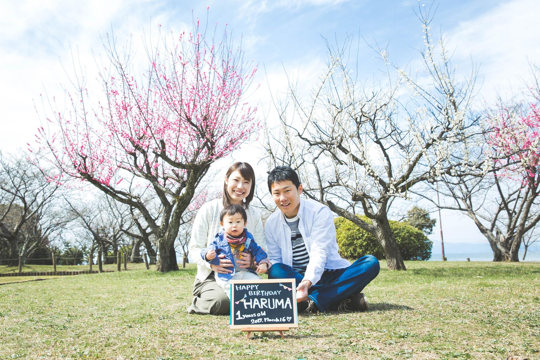 滋賀県長浜市の豊公園で梅と琵琶湖を背景にフリーカメラマンが家族写真撮影を