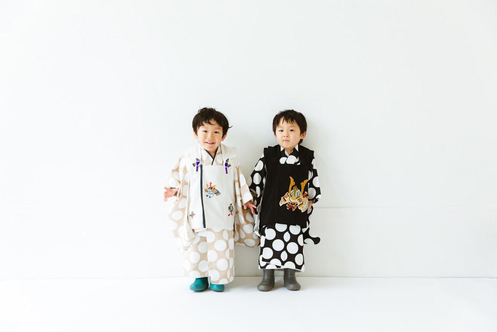 滋賀県長浜市の長浜八幡宮とフォトスタジオ「ジャム浅井フォトスタヂオ」で双子ちゃんの七五三記念写真撮影。女性カメラマンが滋賀県大津市や草津市、東近江市、高島市などにいろんなところに出張ロケーション撮影をしています。