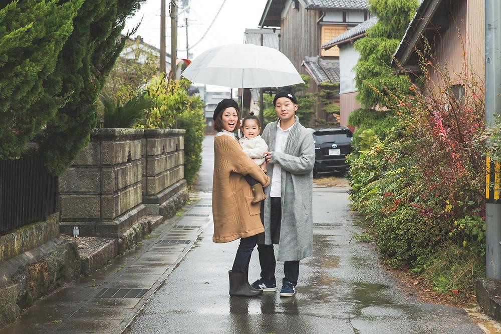 滋賀県彦根市のご自宅で2歳の男の子の誕生日記念撮影を女性カメラマンがしました。