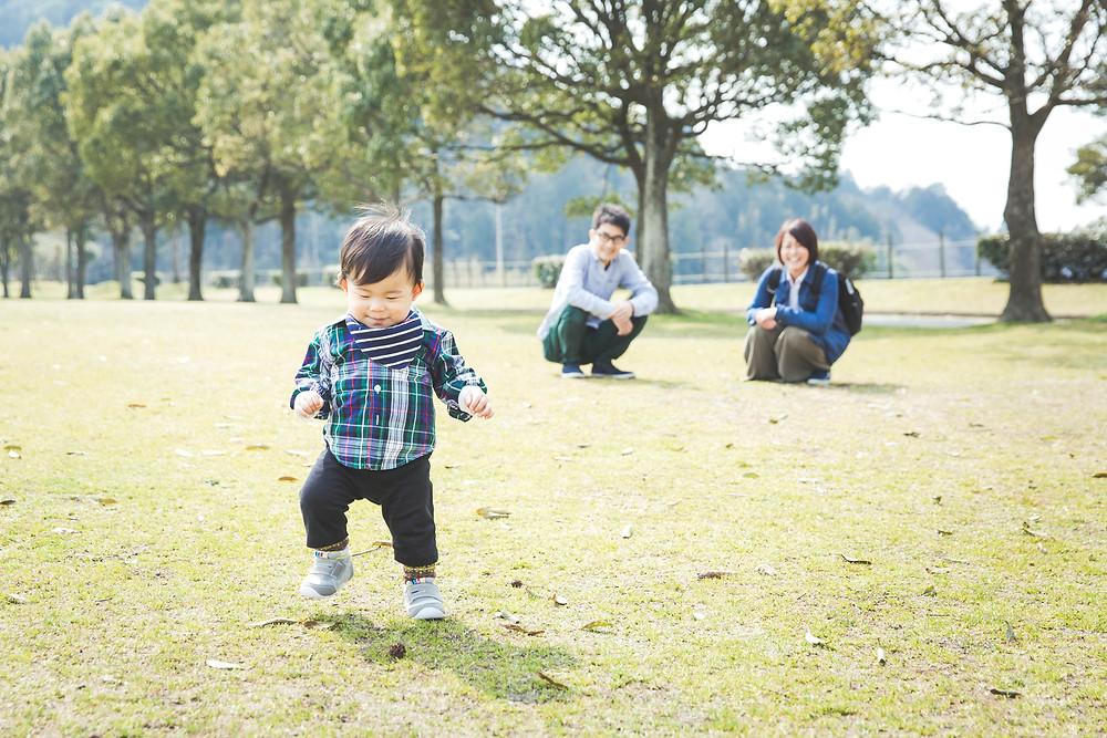 滋賀県東近江市八日市で男の子の1歳お誕生日記念で、フリーカメラマンが家族写真撮影をしました。