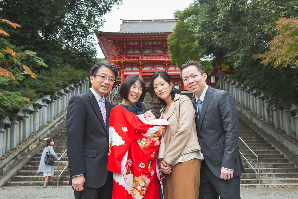 滋賀県大津市の近江神宮でお宮参りの出張撮影をフリーカメラマンがしました