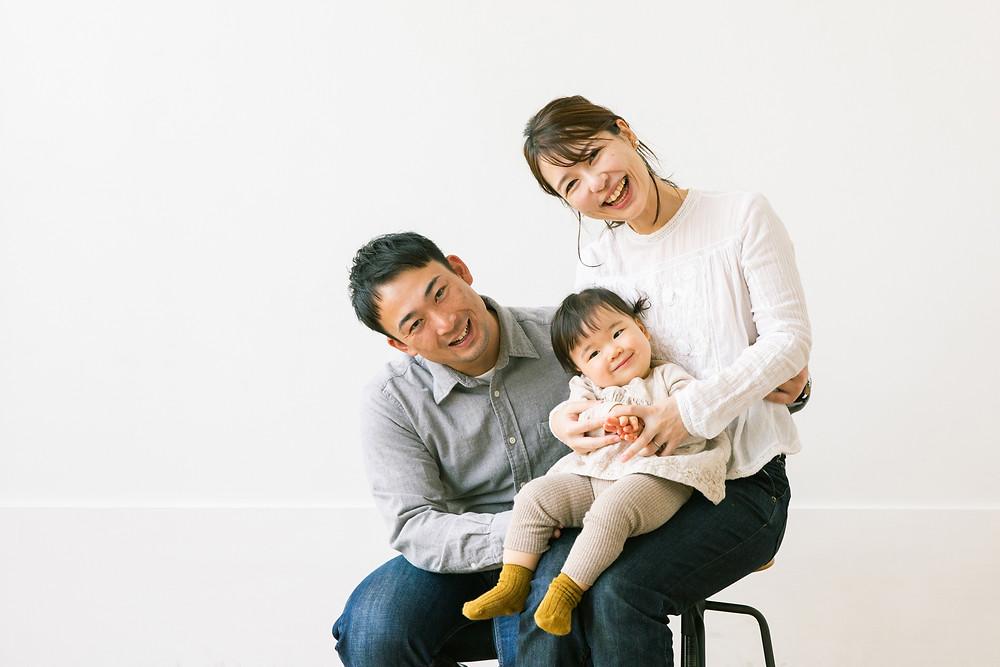 1歳お誕生日の記念撮影を、滋賀県長浜市のフォトスタジオで女性カメラマンが撮影しました