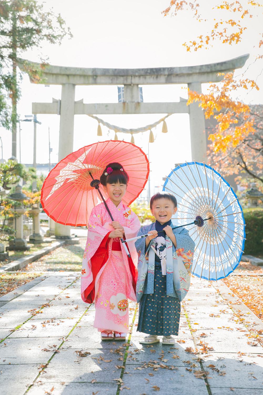 滋賀県長浜市で寿えひろさんでのお支度風景と、お宮さん、お寺さんでの七五三詣りの出張撮影。元気な姉弟さんの撮影でした!