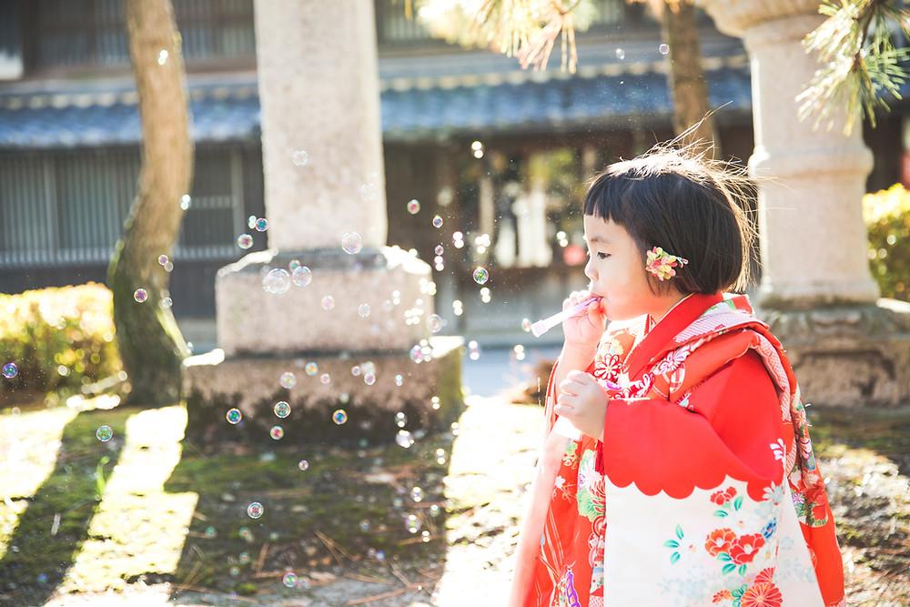 ご自宅でお支度風景撮影の後、長浜八幡宮で七五三ご祈祷撮影をフリーカメラマンがしました