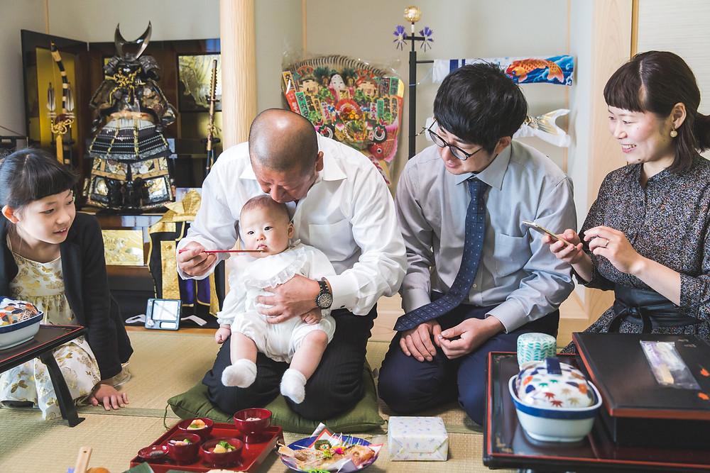 滋賀県の多賀大社でお宮参り、ご自宅で初節句とお食い初めのお祝いの写真撮影をフリーカメラマンがしました